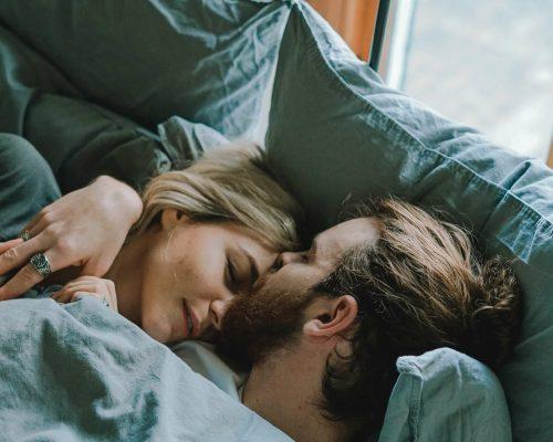 Paar kuschelt im Bett für enstpannung beim sex