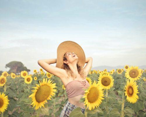 Frau im Sonnenblumenfeld Spaß