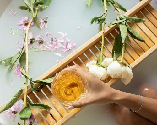 Badewanne mit Blumen und Getränk um sich zu entspannen